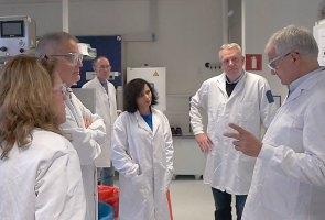 Dr. Stoffels (rechts) met andere leden van zijn team in het laboratorium van Janssen Pharmaceutical Companies of Johnson & Johnson in Leiden, Nederland