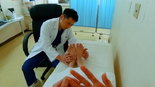 医師に足の裏を診てもらうシーン