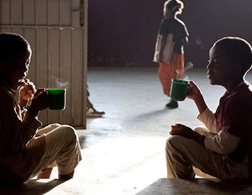 Kinderen die warme soep drinken, world aids days
