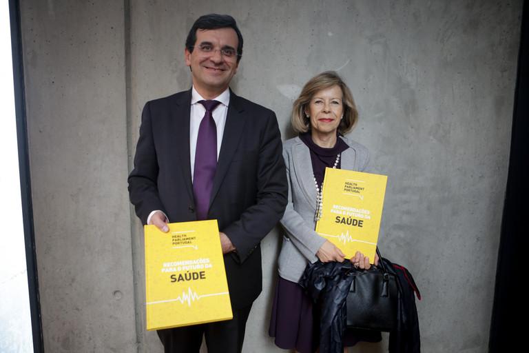 Ministro da Saúde e Maria de Belém com o livro do Health Parliament Portugal 2017