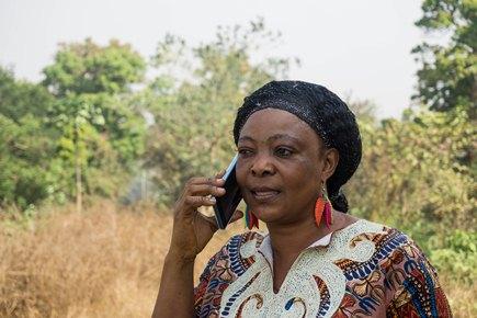 Участники получают на мобильные телефоны голосовые сообщения, напоминающие им о необходимости посетить клинику. Это способствует их дальнейшему участию в исследовании.